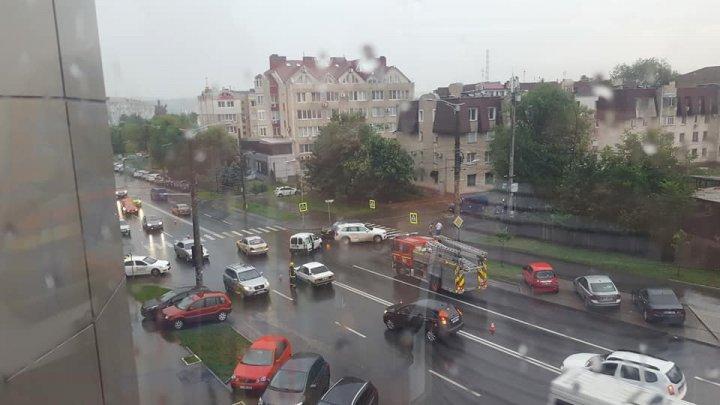 Accident grav în centrul Capitalei. Două mașini s-au tamponat violent