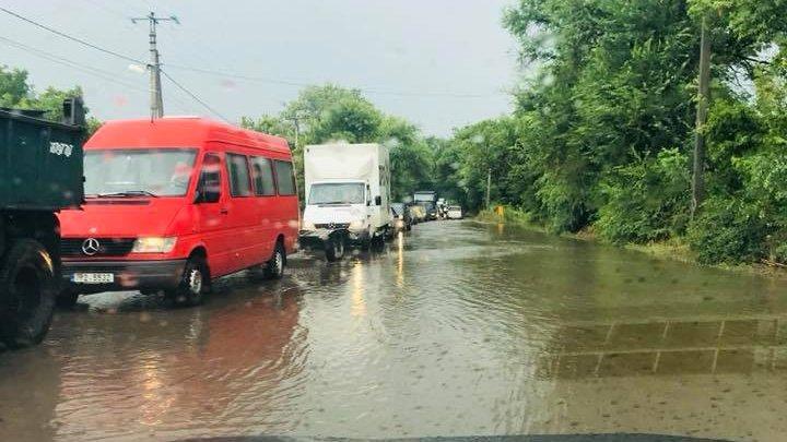 POTOP pe străzile Capitalei din cauza ploii torențiale. Mașinile circulă cu dificultate (FOTO)