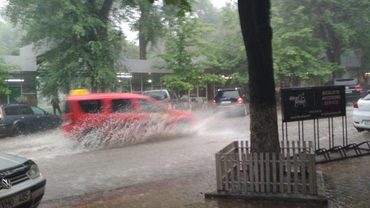 O nouă zi cu FURTUNĂ în Capitală! Strada Bănulescu Bodoni, transformată în râu (FOTO)