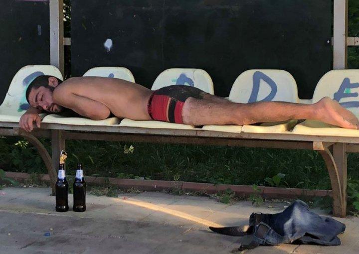 Ca acasă! Un bărbat din Capitală, surprins DEZBRĂCAT şi cu sticle de alcool lângă cap (GALERIE FOTO)