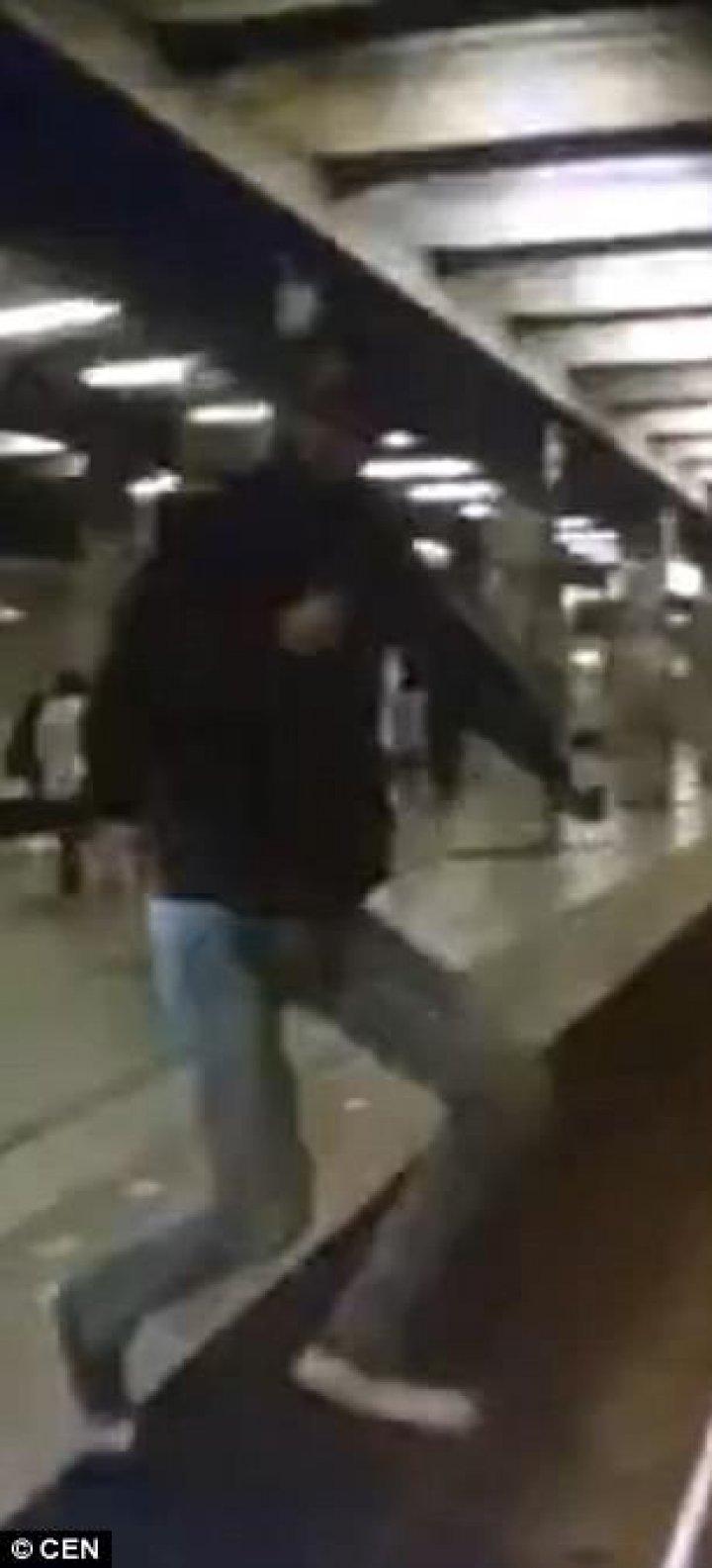 IMAGINI CU PUTERNIC IMPACT EMOŢIONAL! Momentul în care un tânăr SARE în fața metroului. MIRACOL, el trăiește