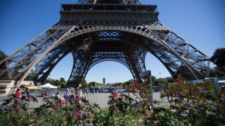 La Turnul Eiffel a fost construit un perimetru de securitate