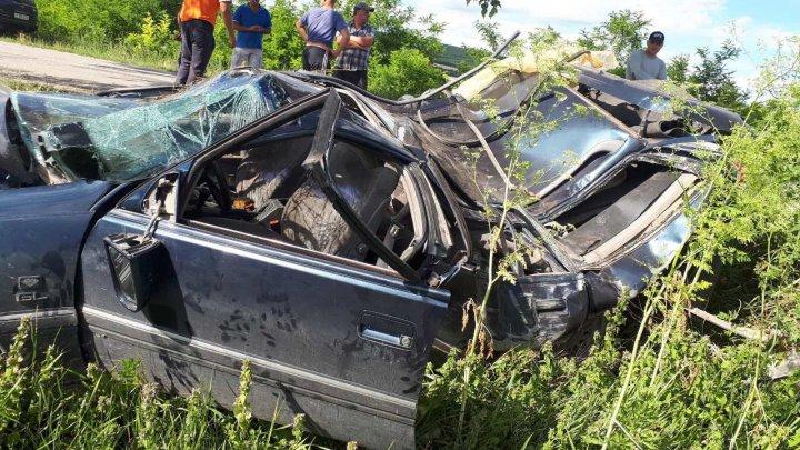 Accident GRAV în satul Ruseștii Noi. O maşină s-a răsturnat într-un şanţ și a fost făcută zob. Ce s-a întâmplat cu șoferul și pasagerul (FOTO)
