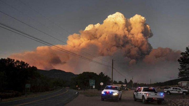 Tată şi fiu, ameninţati de flăcări de înălţimea unui bloc cu 10 etaje în New Mexico (VIDEO)