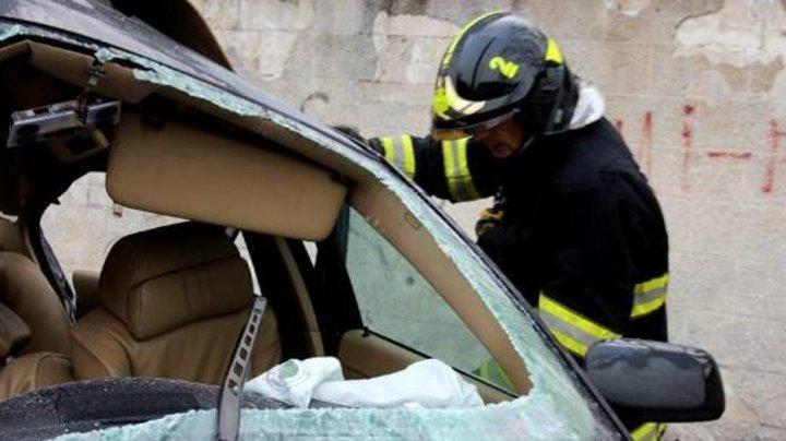 ACCIDENT GRAV în raionul Căuşeni. Un şofer, blocat între fiarele automobilului după ce s-a izbit cu maşina într-un stâlp