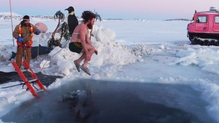 Cercetătorii de la bazele ştiinţifice din Antarctica au făcut baie în apele îngheţate pentru a sărbători solstiţiul de iarnă