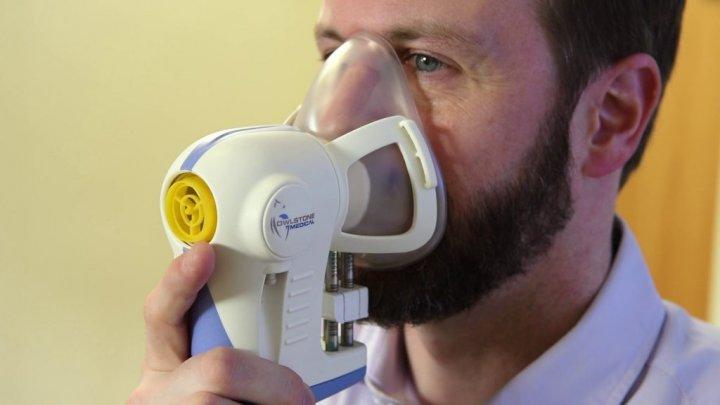 Un inginer britanic a inventat aparatul care depistează cancerul prin respirație