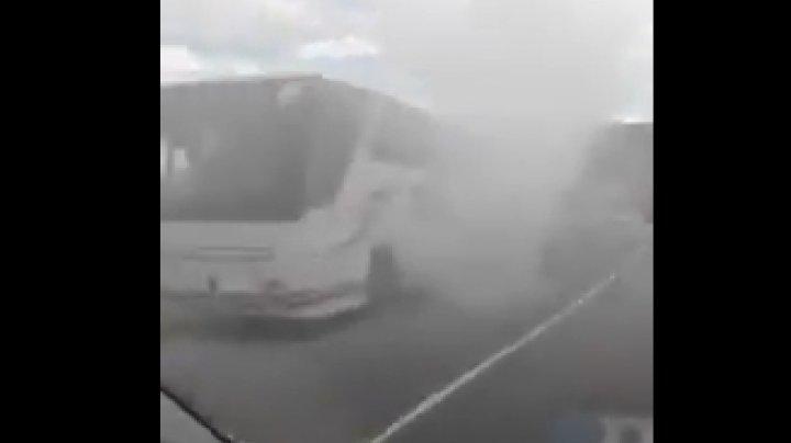 Un autocar plin cu pasageri a luat foc în apropiere de Cluj-Napoca (VIDEO)