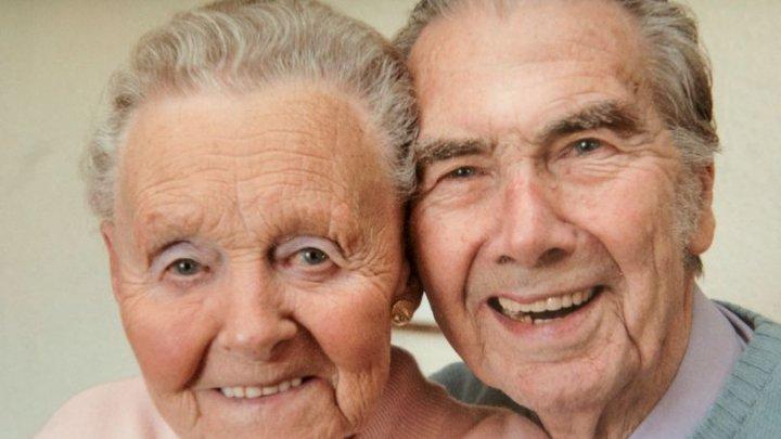 POVESTE EMOŢIONANTĂ DE DRAGOSTE! Doi bătrâni s-au cunoscut în timpul Războiului și acum sărbătoresc 76 de ani de căsnicie