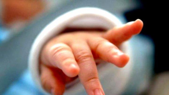 CAZ TRAGIC! Un bebeluș de 14 zile a murit după ce a fost sărutat de părinți