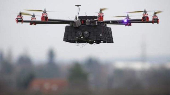 """Contrabandă cu drona: 7.000 de țigarete au """"zburat"""" din Moldova în România. S-au tras focuri de avertisment (VIDEO)"""