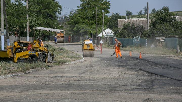 DRUMURI BUNE la Taraclia. Locuitorii a patru sate se bucură de asfalt nou, iar în alte șase localităţi lucrările sunt în toi (FOTOREPORT)