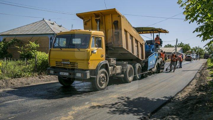 Drumuri bune în raionul Soroca. Muncitorii dau asigurări că lucrările sunt făcute calitativ, iar şoferii sunt mulţumiţi (FOTO)