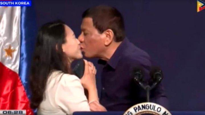 Nu o să-ți vină să crezi. Președintele Rodrigo Duterte a sărutat o femeie pe scenă în timp ce ținea un discurs (VIDEO)