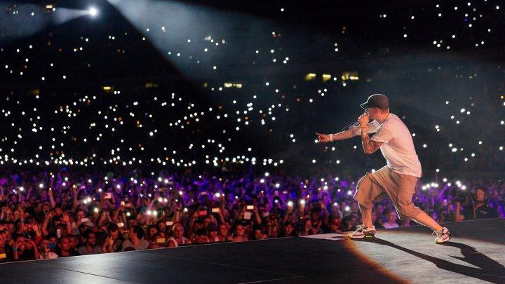 Eminem, criticat dur după ce a folosit imitaţii de împuşcături la un festival din SUA