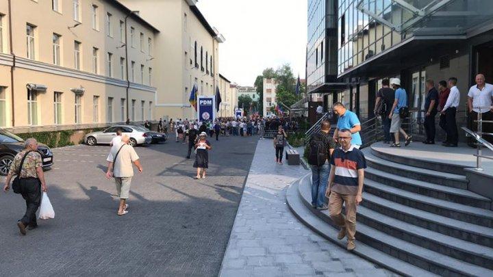 PROTEST la Primăria Chişinău. Susţinătorii lui Andrei Năstase manifestează împotriva deciziei de invalidare a alegerile locale