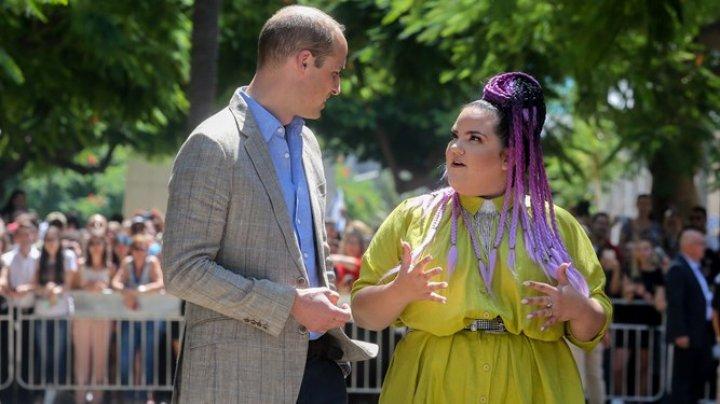 Prinţul William s-a plimbat pe un bulevard istoric din Tel Aviv în compania cântăreţei Netta Barzilai