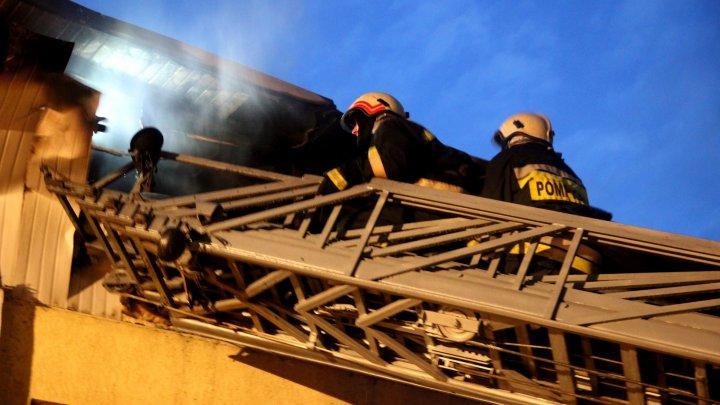 Pompierii au trei versiuni în cazul incendiului puternic produs într-un local din sectorul Buiucani