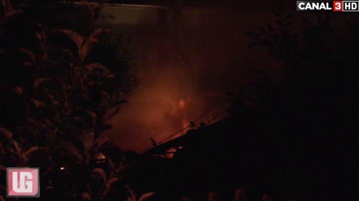 Momente de spaimă pentru o familie din comuna Bubuieci. O anexă a casei a luat foc (VIDEO)
