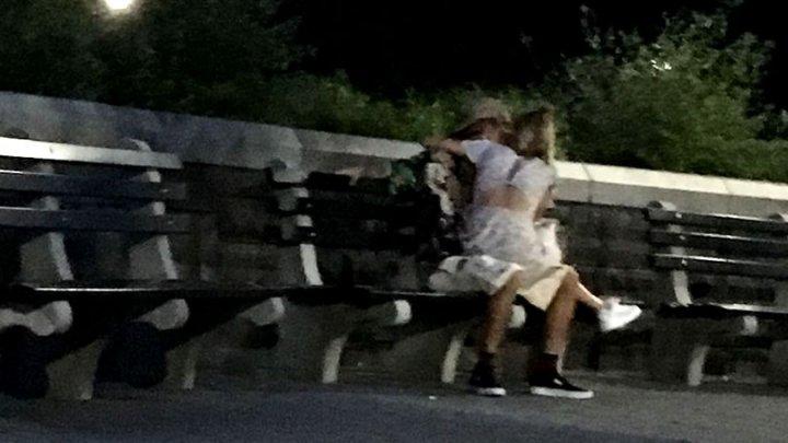 Justin Bieber, surprins sărutându-se cu Hailey Baldwin, nepoata lui Alec Baldwin (FOTO)