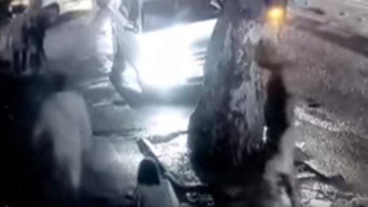 IMAGINI TERIFIANTE în plină stradă. Un bărbat îşi bate MAMA cu bestialitate (VIDEO cu puternic impact emoţional)
