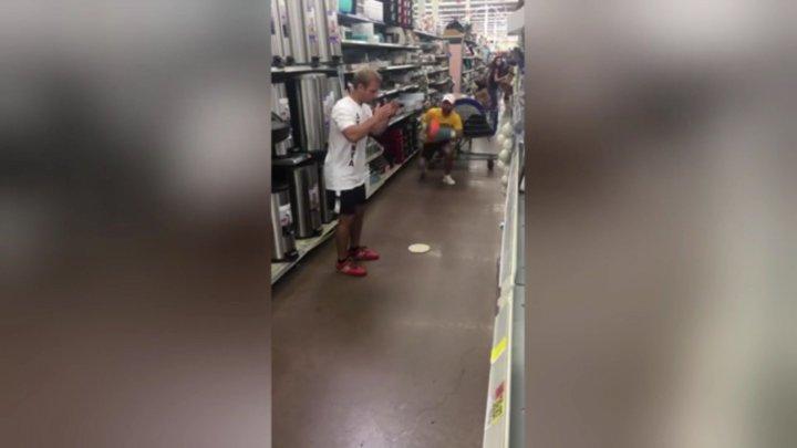 VIRAL PE INTERNET! Cum s-au distrat doi amatori de fotbal într-un market