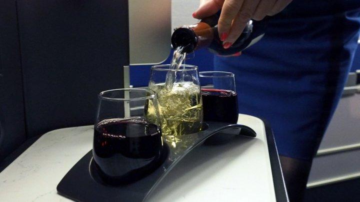 O companie aeriană din Europa cere restricţionarea vânzării ALCOOLULUI în avioane şi aeroporturi