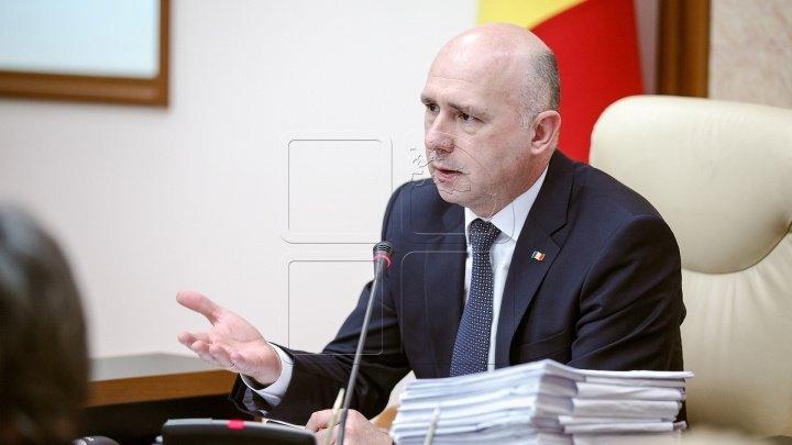 Pavel Filip a cerut explicaţii ministrului Jizdan, după ce şoferul de taxi a fost amendat pentru că şi-a lipit un abţibild cu scumpirea carburanţilor