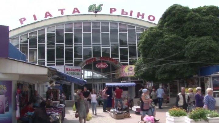 Poți să mori cu zile! În pieţele din Bălţi nu există niciun punct medical (VIDEO)