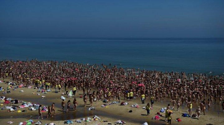 Motivul pentru care 2.500 de femei goale au apărut pe o plajă