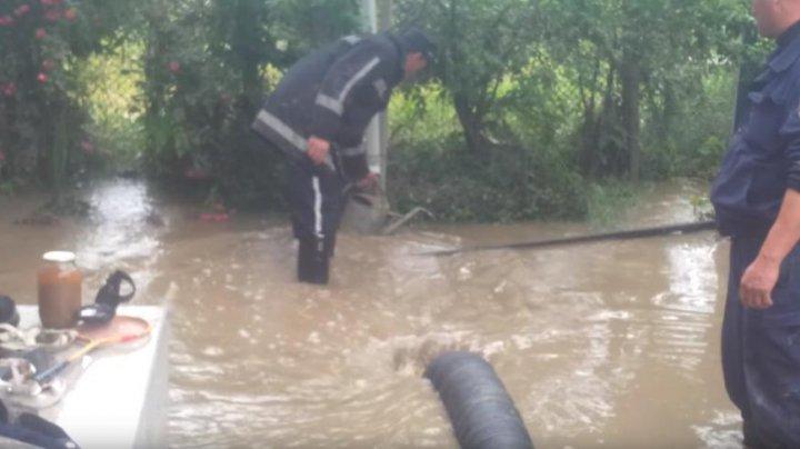 Consecinţele ploilor din weekend: Poduri distruse şi mai multe gospodării inundate