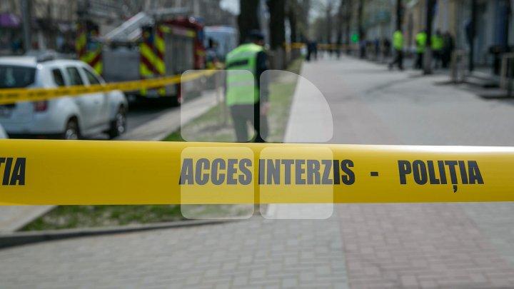 ÎNSPĂIMÂNTĂTOR. Cadavrul unui chiriaş, găsit într-un apartament din Capitală. Tânărul a lăsat un bilet de adio