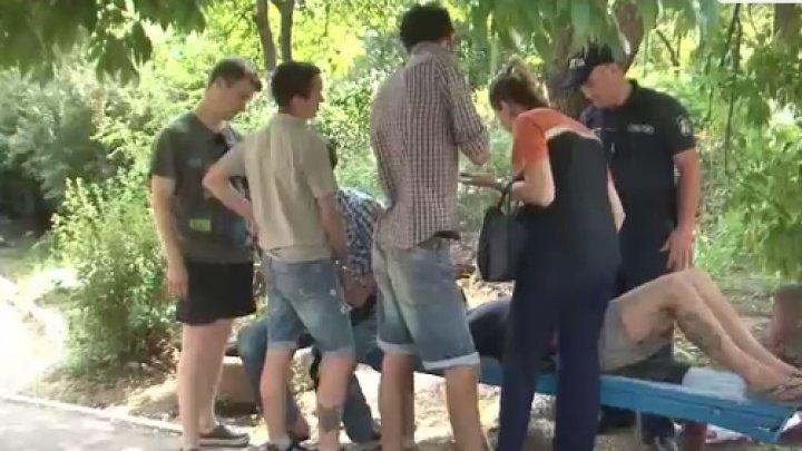 Cinci bărbaţi, REŢINUŢI pentru consum de droguri în loc public. Un tânăr, transportat de urgenţă la spital (VIDEO)