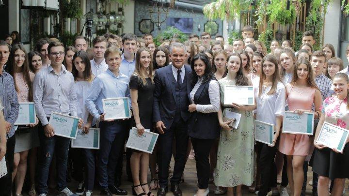 Vlad Plahotniuc alături de bursierii Fundaţiei Edelweiss: Suntem mândri de realizările lor, așa cum se mândresc și părinții și dascălii lor