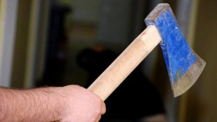 TEROAREA DE LA BLOC. O femeie din Strășeni amenință vecinii cu toporul și taie lemne în apartament