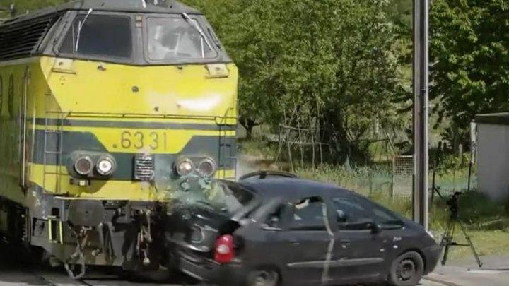 Ce se întâmplă la impactul dintre un tren şi o maşină (IMAGINI DRAMATICE)