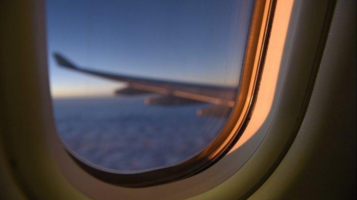 Semnele misterioase din avion. Ce reprezintă triungiurile de deasupra unor ferestre