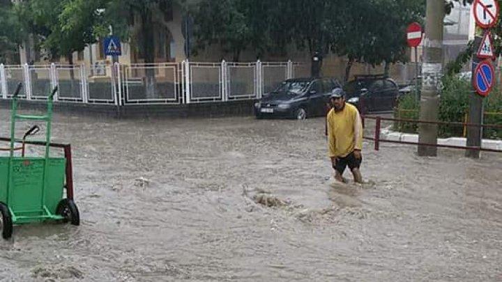 Inundaţii în România din cauza ploilor abundente: străzi distruse și zeci case afectate