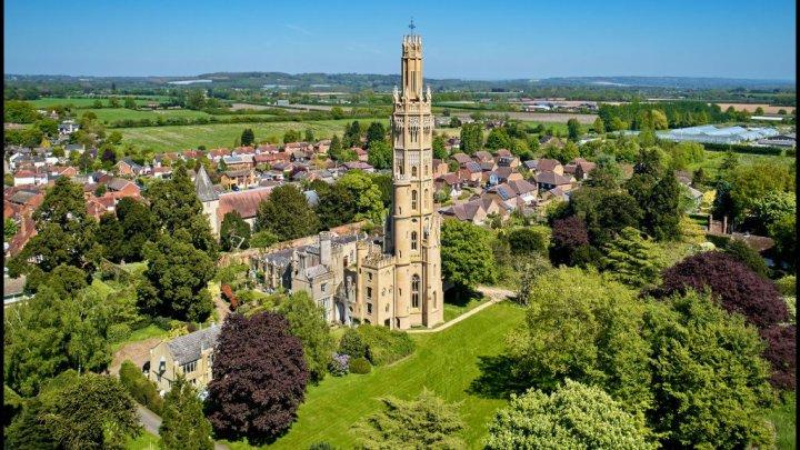 POVESTEA EMOŢIONANTĂ a unui bogătaș britanic care a construit un turn pentru a-și spiona soția (FOTO)