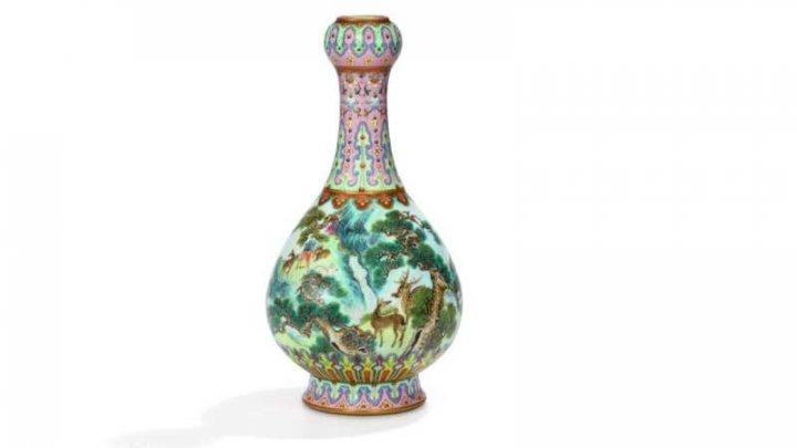 O vază chinezească din secolul al XVIII-lea a fost vândută la licitaţie pentru suma de 16,2 milioane de euro