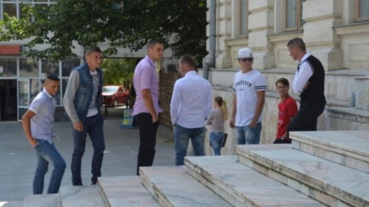Unul dintre cei 7 tineri violatori din Văleni acuzaţi de viol a părăsit penitenciarul