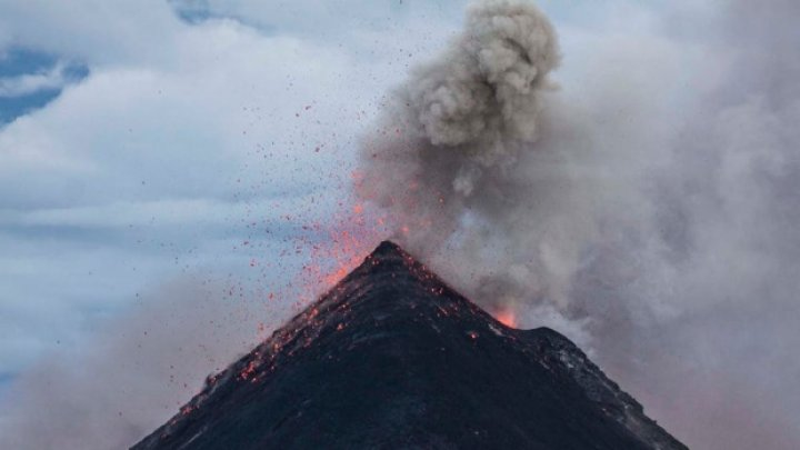 Mii de turişti, blocaţi pe aeroportul din Bali, după ce vulcanului Agung  A ERUPT