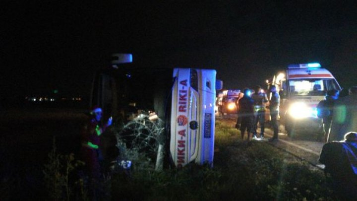 ACCIDENT ÎN ROMÂNIA. Un autocar cu 60 de persoane din Ucraina s-a răsturnat, trei copii au ajuns la spital