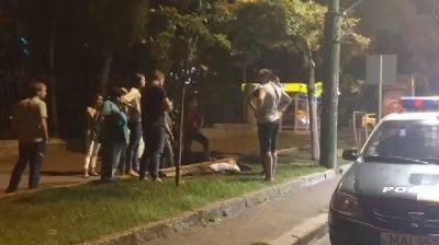 Un bărbat, în stare de inconştienţă pe o stradă din Capitală. Trecătorii, ULUIŢI. Ce a găsit Poliţia în buzunarul victimei (VIDEO)