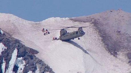 Un pilot a lipit elicopterul de munte pentru a salva viaţa unui sinucigaş (VIDEO)