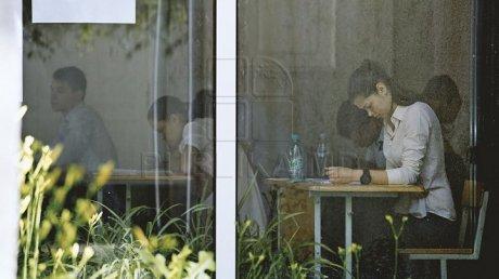 Restanţierii, DIN NOU LA BAC. Tinerii au susţinut primul test şi speră să obţină note pozitive