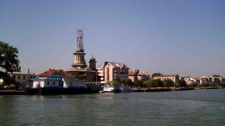 Operaţiune contra-cronometru. O barcă cu 8 turişti la bord s-a răstunat în Dunăre
