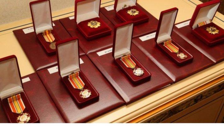 """Persoanele decorate cu distincţii de stat, de tip """"cruce"""", vor beneficia de 100 de lei lunar"""