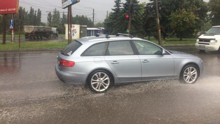 PLOAIE PUTERNICĂ în Chişinău! Străzile sunt INUNDATE (GALERIE FOTO)