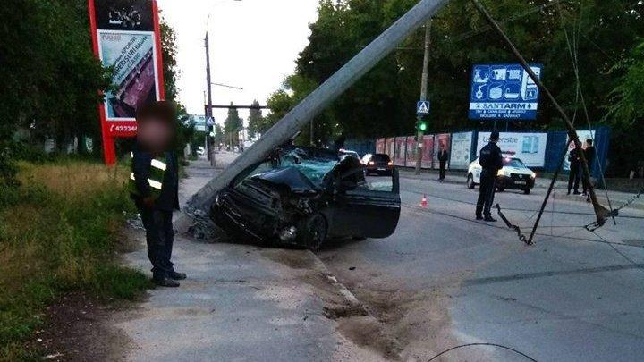 Accident grav în Capitală. O tânăra de 20 de ani, a ajuns cu mașina într-un stâlp